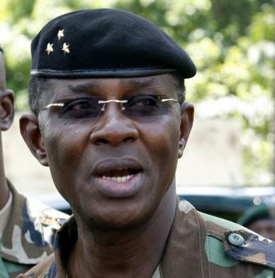 Un homme de l'armée récadre Mangou