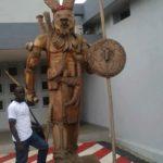 monument d'un dozo à l'université d'abidjan