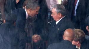 Obama serrant la main à Castro le 10 décembre 2013 en Afrique lors des obsèques de Mandela