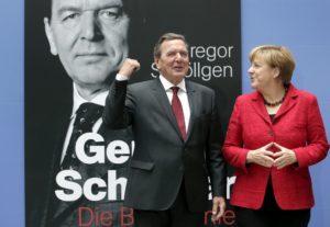 Merkel assure la promo d'une biographie de Schröder